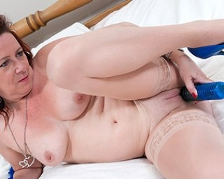 red mature slut playing on her bed